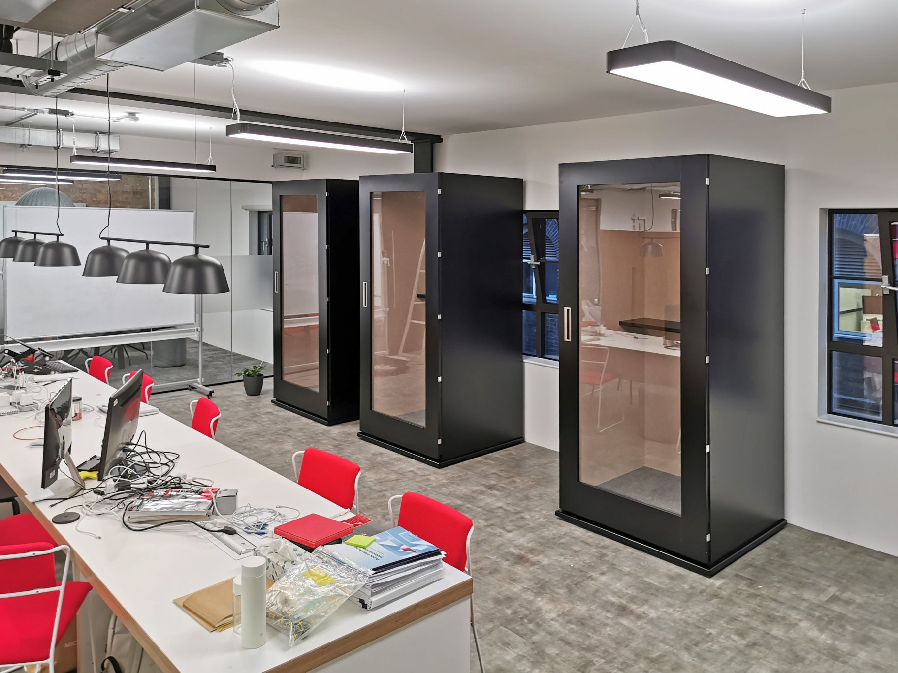 Meavo office phone booths black in use